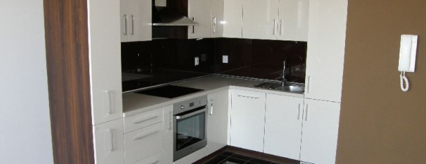 Białe meble kuchenne z frontami na wysoki połysk